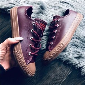 NWOB CONVERSE LEATHER LOW WOMENS SIZE 5